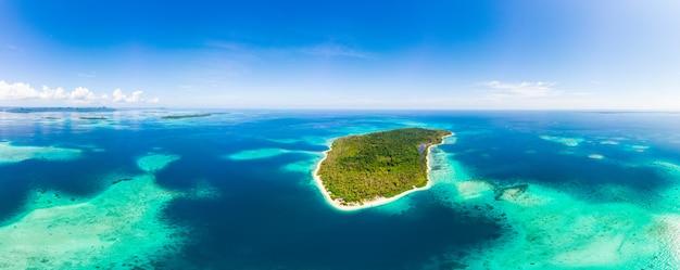 Antenne: île tropicale exotique destination isolée loin de tout, récif de corail mer turquoise des caraïbes. indonésie îles de sumatra
