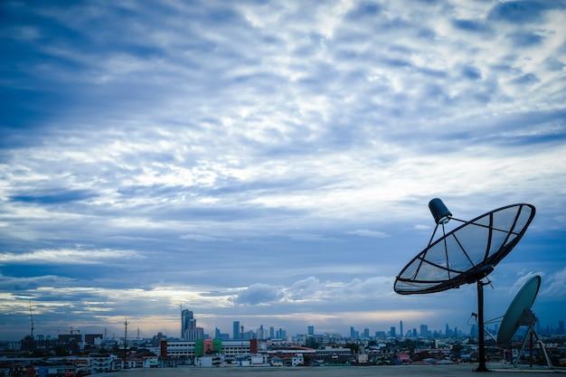 Antenne parabole au sommet du bâtiment en zone urbaine
