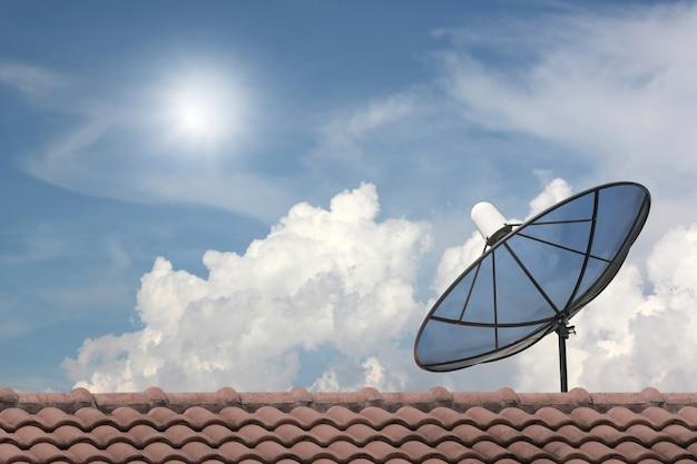 Antenne parabolique noire.
