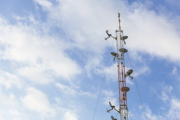 Antenne sans fil communication antenne longue portée avec ciel bleu