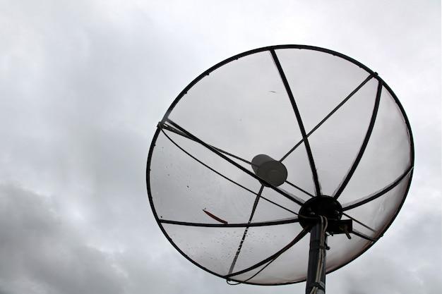 Antenne satellite avec nuage