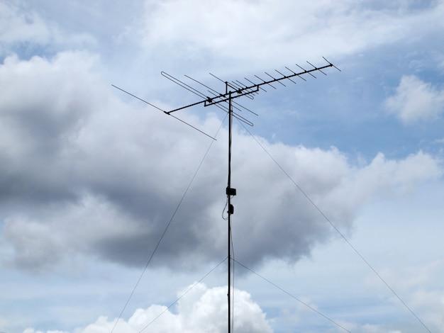 Antenne de télévision avec fond de ciel bleu