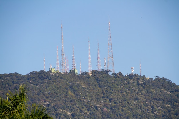 Antennes au sommet de la colline de sumare à rio de janeiro, brésil.