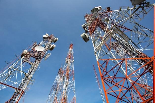 Antennes de télévision de mât de télécommunication avec le ciel bleu le matin
