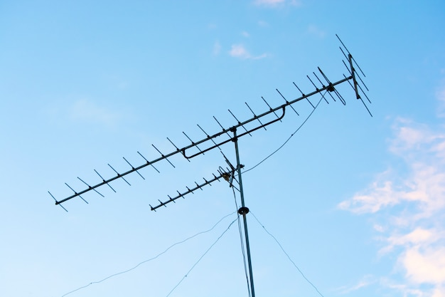 Antennes de télévision (tv) signal analogique avec fond de ciel bleu