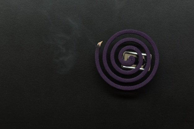 Anti-moustiques laverder avec fumée sur fond sombre