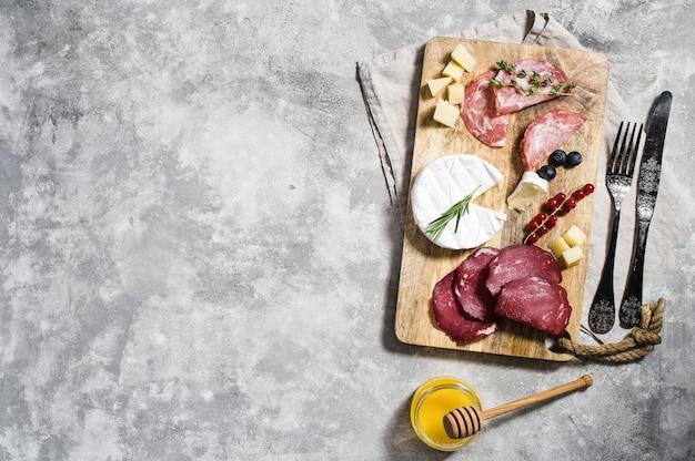 Antipasti italien au prosciutto, salami, parmesan, brie et gorgonzola, miel.