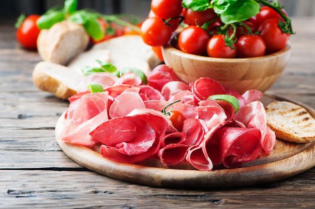 Antipasto au jambon et tomates