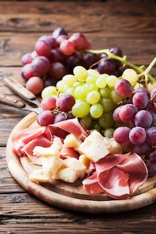 Antipasto au raisin, fromage et jambon