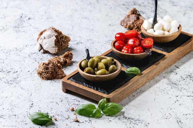 Antipasto aux olives tomates mozzarella