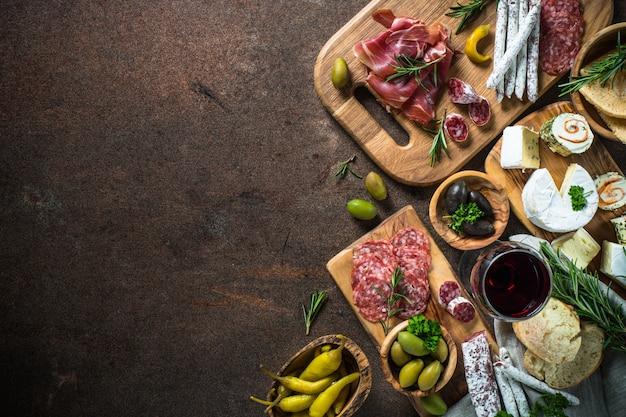 Antipasto delicatessen - viande, fromage, olives et vin sur pierre