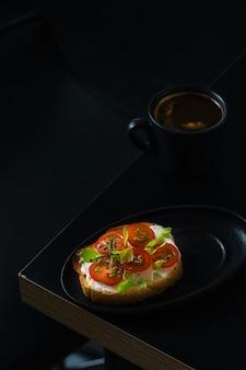Antipasto, idée de petit-déjeuner au café, pain grillé au fromage et aux tomates. tasse à expresso sur table, alimentation supérieure, espace de copie.