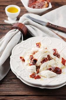 Antipasto italien traditionnel avec burrata et tomate sèche