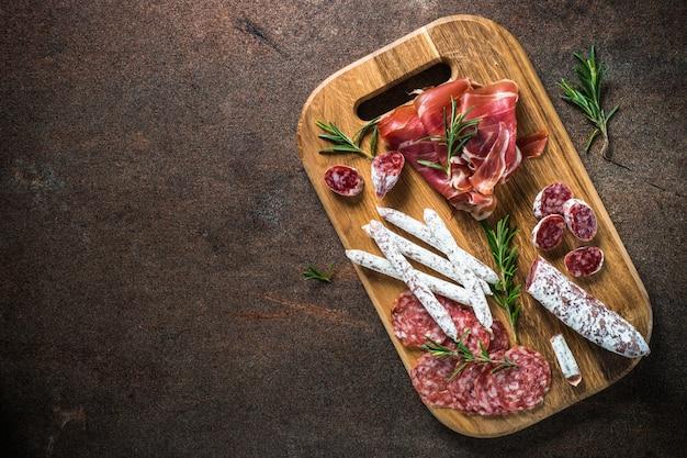 Antipasto - tranches de viande, jambon, salami, olives et vue de dessus de vin.
