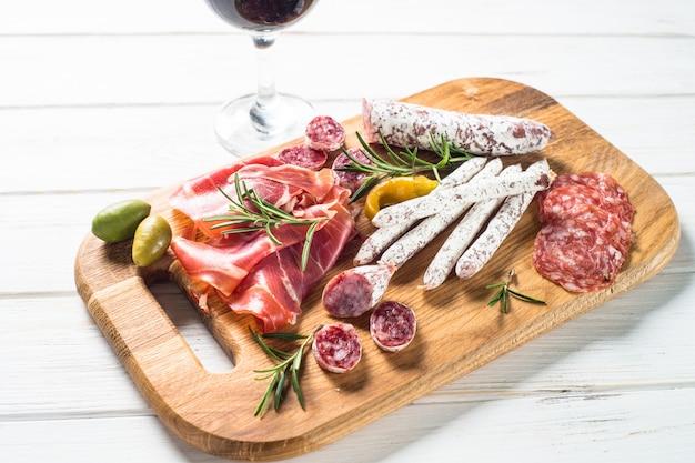 Antipasto - tranches de viande, jambon, salami, olives