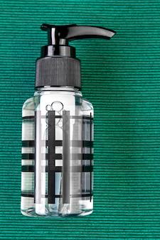 Antiseptique pour la peau ou désinfectant pour les mains contenant de l'alcool, en flacon plastique avec distributeur.