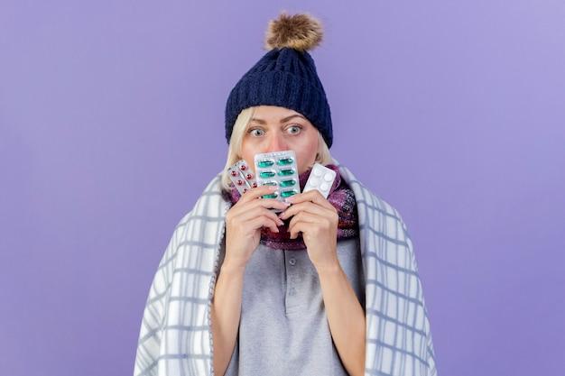 Anxieux jeune femme slave malade blonde portant un chapeau d'hiver et une écharpe
