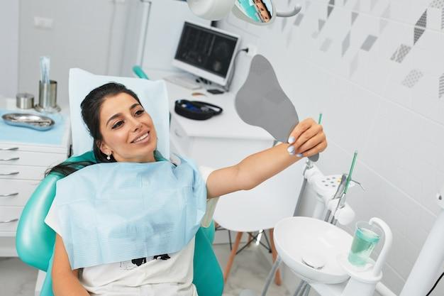 Aperçu de la prévention des caries dentaires.femme au fauteuil du dentiste lors d'une intervention dentaire
