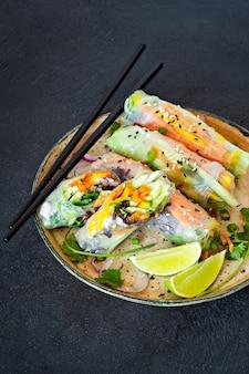 Apéritif asiatique frais rouleaux de printemps (nem) à base de papier de riz et de crudités. nourriture vietnamienne