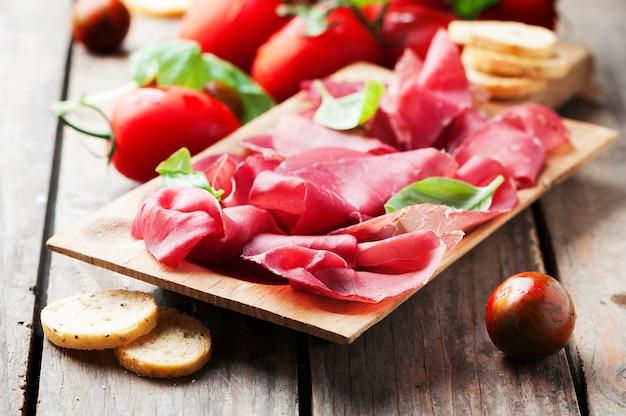 Apéritif avec bresaola italienne et tomate
