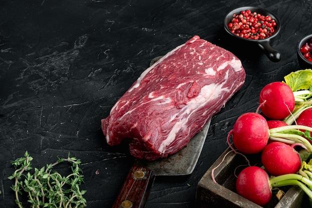 Apéritif de charcuterie de viande fraîche - carpaccio de boeuf ingrédients frais crus, sur pierre noire