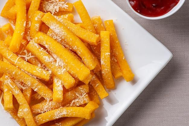Apéritif de la cuisine brésilienne appelé polenta frite