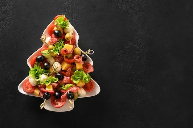 Apéritif festif de tomates olives légumes fromage mozzarella pour fête de noël festive dans l'assiette comme