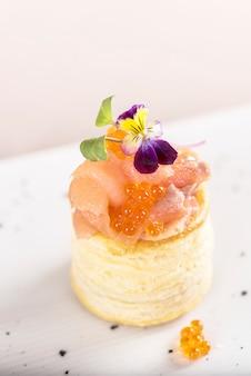 Apéritif frais au saumon fumé et au caviar, sur une pâte