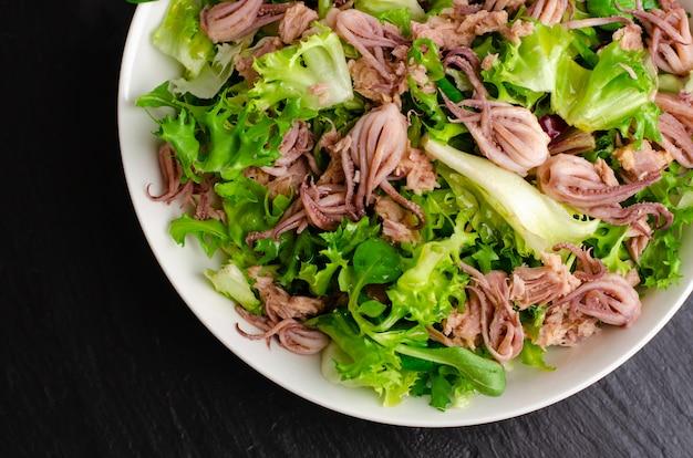 Apéritif de fruits de mer, salade avec bébé poulpe et thon en conserve. cuisine italienne. fermer