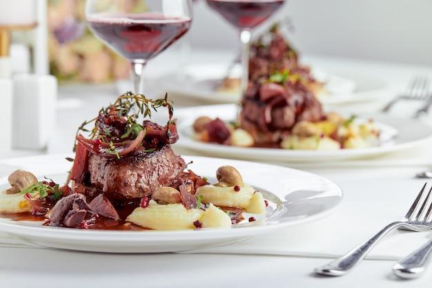Apéritif gourmand : banquet traiteur joliment décoré de foie gras aux fruits rouges.