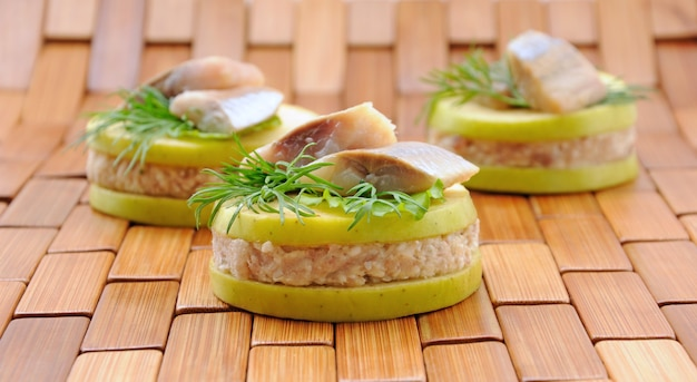 Apéritif de hareng aux pommes avec des verts