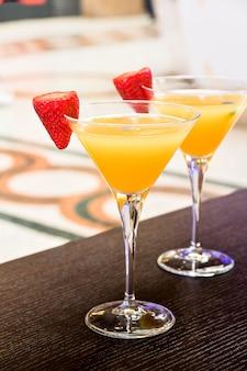 Apéritif en italie deux verres de cocktail bellini avec prosecco