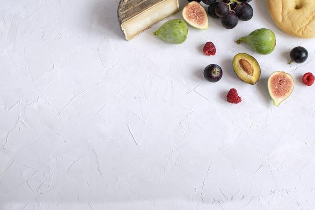 Apéritif plat pour le vin, fromage, prune, raisin, framboise