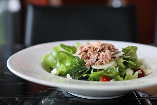 Apéritif de salade de thon sur table en bois