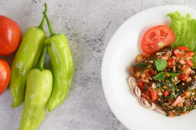 Apéritif à la sardine à la sauce tomate et épicé