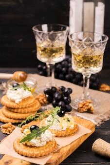 Apéritif savoureux: biscuits salés au fromage blanc, au miel et aux raisins.