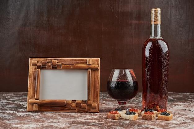 Apéritif toasts avec du caviar et du vin.