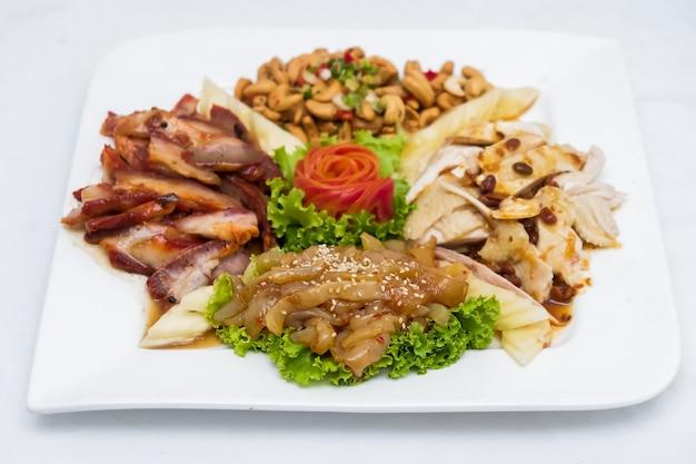 Apéritif tout en gros repas sur plaque blanche