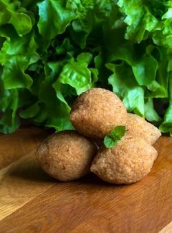 Apéritif de viande arabe kibbeh. kibbeh arabe traditionnel avec de l'agneau et des pignons. fermer.