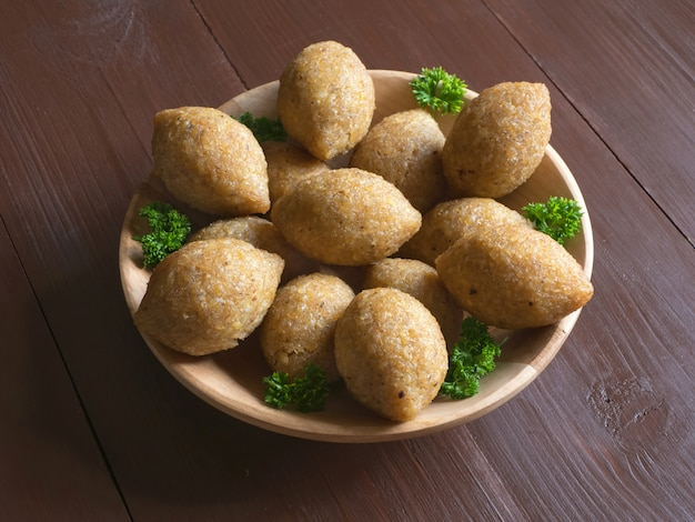 Apéritif de viande arabe kibbeh. kibbeh arabe traditionnel avec de l'agneau et des pignons.