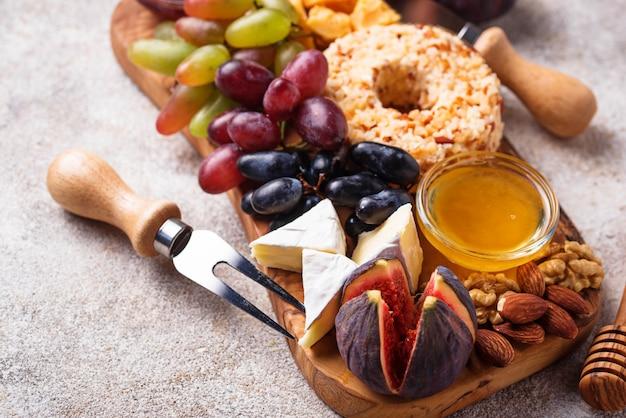 Apéritif à vin, assiette de fromages aux raisins et aux figues