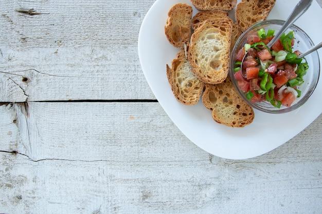 Apéritifs italiens tomate tranches de bruschetta tomates sur baguette grillée