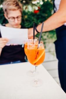 Aperol spritz cocktail sur la table du dîner