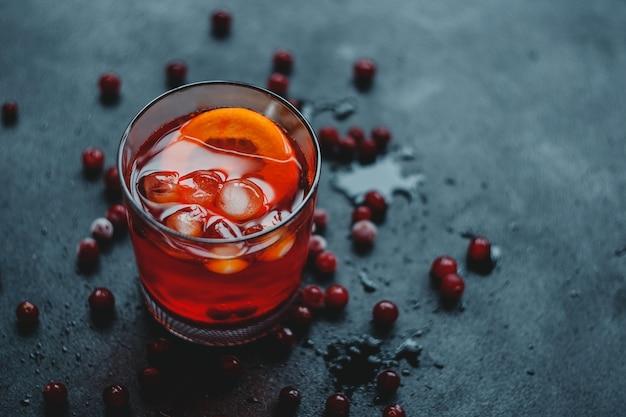 Aperol spritz avec glace et canneberges