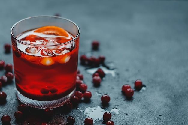 Aperol spritz avec glace et cranberrie