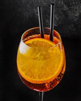 Aperol spritz prosecco aperol et tranche d'orange vue latérale