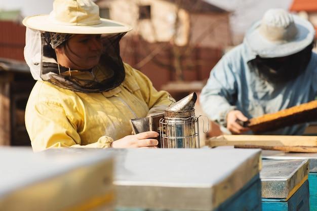 Apiculteur récolte du miel.