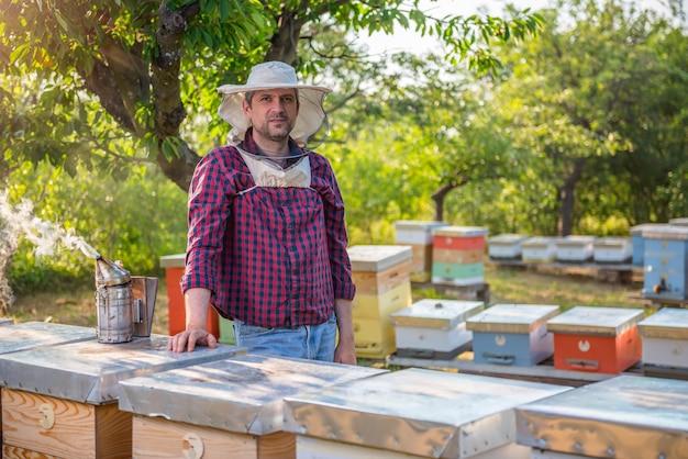 Apiculteur vérifiant les ruches