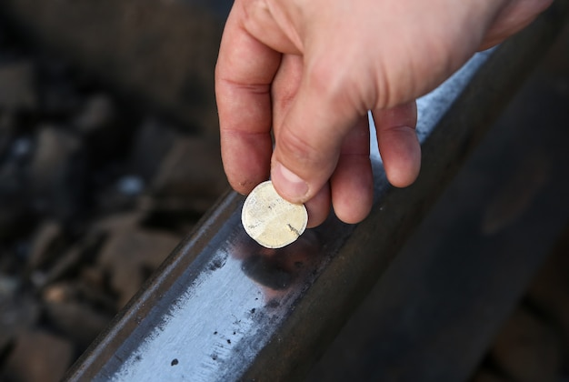 Aplatir les pièces sur les voies ferrées à l'extérieur.
