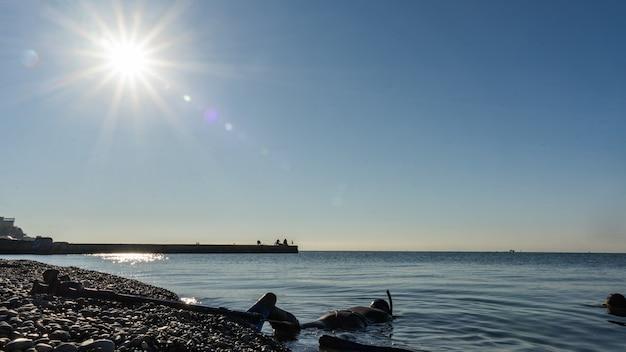 Apnéiste en combinaison avec palmes prêt à plonger dans la mer noire. sotchi, russie.